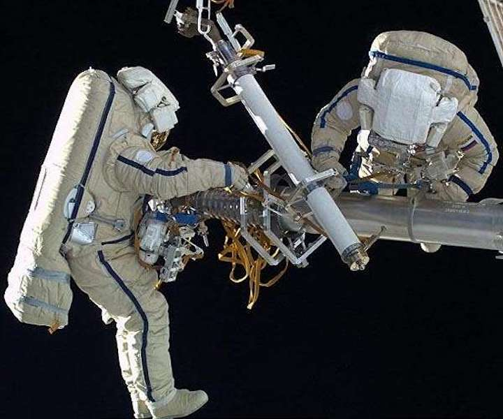 iss-russian-cosmonauts-suits-eva-hg